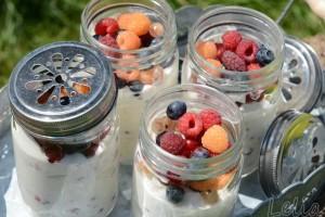 Beeren-Joghurtdessert mit Karamell-Walnüssen